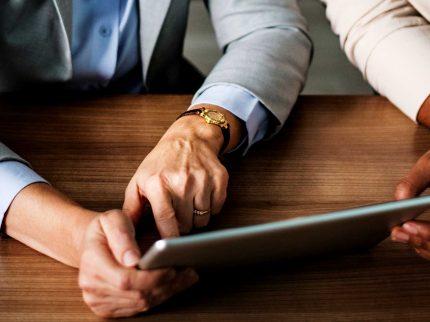 Duas pessoas e um tablet - OCRAM Hotel Management